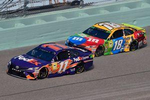 Denny Hamlin, Joe Gibbs Racing, Toyota Camry FedEx Express e Kyle Busch, Joe Gibbs Racing, Toyota Camry M&M's