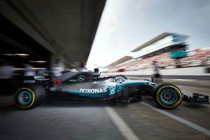 Lewis Hamilton, Mercedes AMG F1 W09, sort du garage