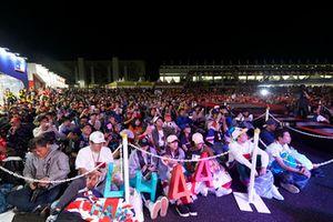 Les fans se réunissent pour voir Lewis Hamilton, Mercedes AMG F1, et Valtteri Bottas, Mercedes AMG F1, sur scène