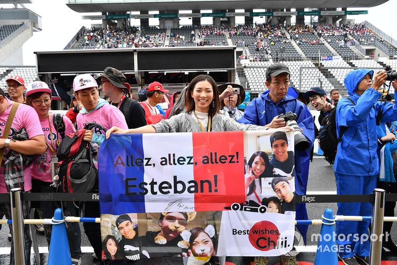 Одна активная поклонница Эстебана Окона собрала на флаге все свои фотографии с французом