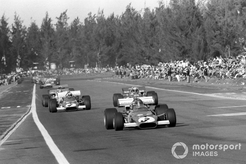 Но буквально через пару кругов порядок в группе лидеров стал уже иным: Икс (№3) возглавил гонку, а Стюарт обошел Регаццони в споре за второе место.