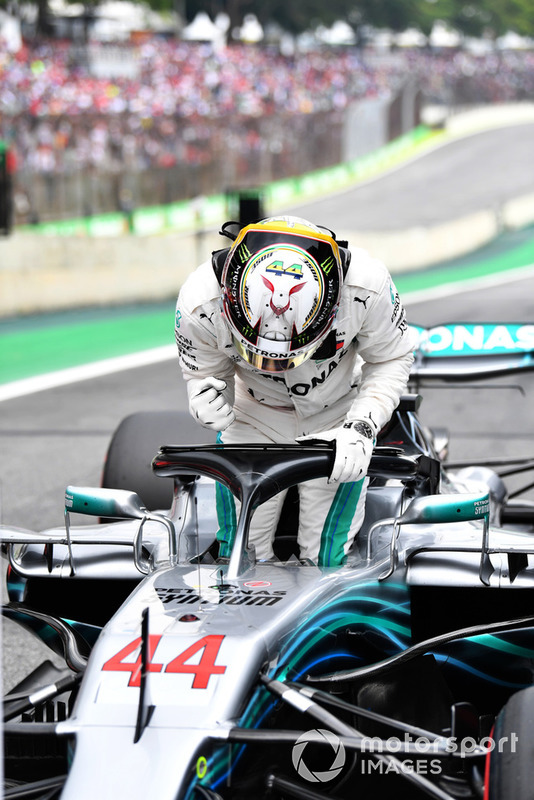 Pole sitter Lewis Hamilton, Mercedes-AMG F1 W09 EQ Power+ nel parco chiuso
