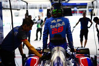 Brendon Hartley, Toro Rosso, entre dans son cockpit