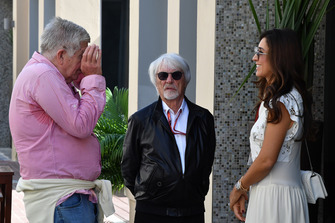 Bernie Ecclestone, Fabiana Ecclestone y el periodista Roger Benoit