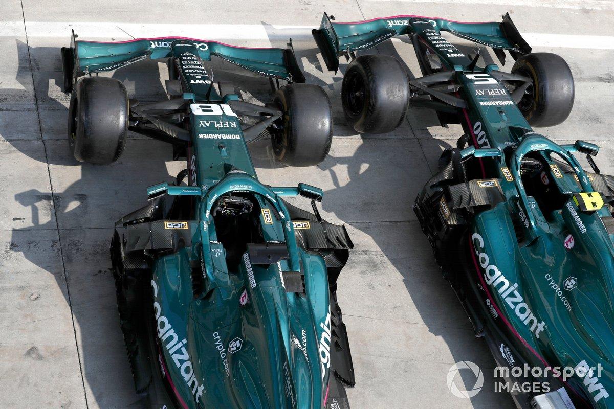 Los monoplazas de Sebastian Vettel, Aston Martin AMR21 y Lance Stroll, Aston Martin AMR21 en pit lane