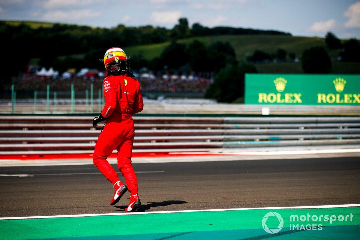 Carlos Sainz Jr., Ferrari SF21, se baja de su coche tras chocar en la clasificación