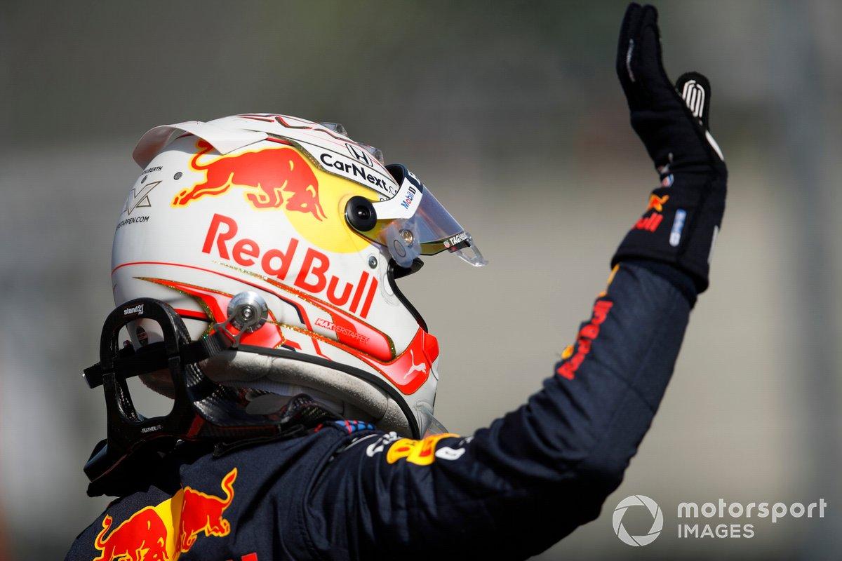 Max Verstappen, Red Bull Racing tercer puesto, saluda desde el Parc Ferme