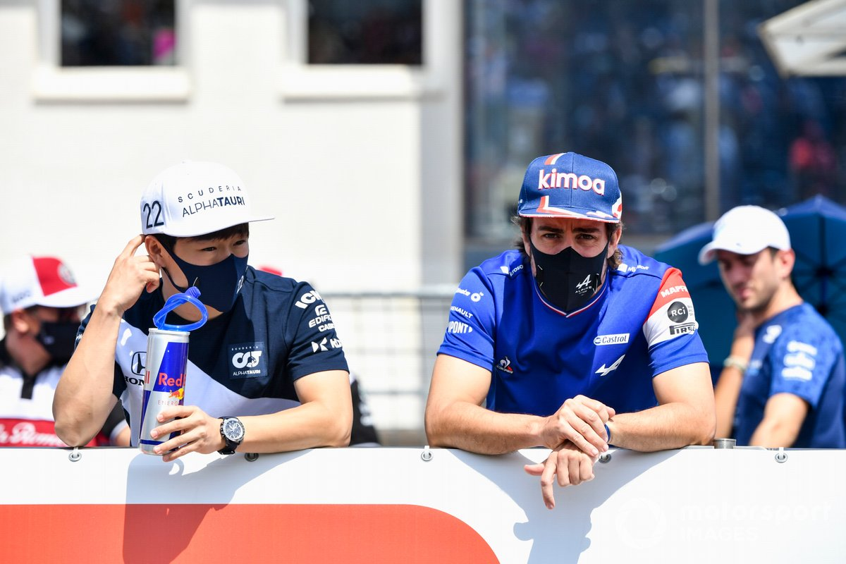 Yuki Tsunoda, AlphaTauri, Fernando Alonso, Alpine F1 en el desfile de pilotos