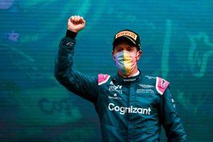 Le deuxième Sebastian Vettel, Aston Martin, sur le podium
