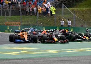 Valtteri Bottas, Mercedes W12, Lando Norris, McLaren MCL35M, Max Verstappen, Red Bull Racing RB16B, e Sergio Perez, Red Bull Racing RB16B, si scontrano