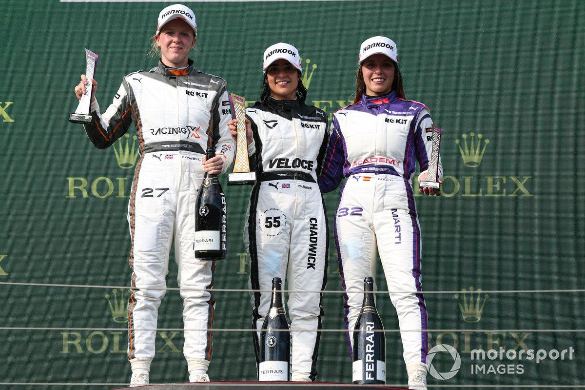 Podio: segundo lugar Alice Powell, ganadora Jamie Chadwick y tercer lugar Nerea Marti