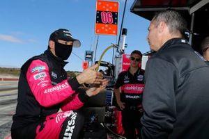 Helio Castroneves, Meyer Shank Racing Honda, crew member