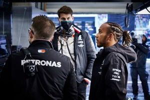 Lewis Hamilton, Mercedes, con gli ingegneri
