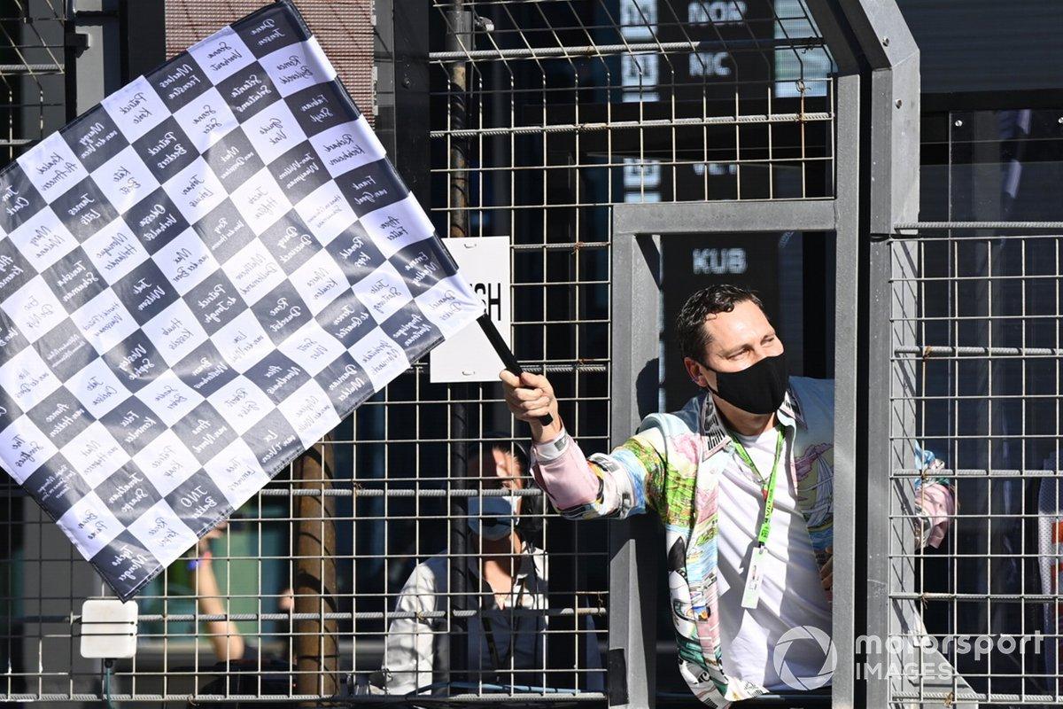 Tijs Michiel Verwest, conocido como DJ Tiesto, agita la bandera a cuadros