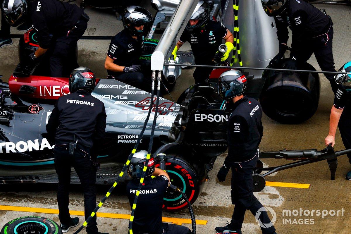 Lewis Hamilton, Mercedes W12, en el pit lane