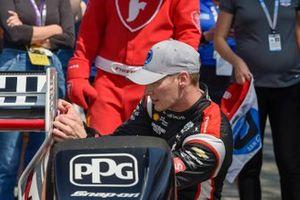 Il pole man Josef Newgarden, Team Penske Chevrolet, NTT P1 applica l'adesivo