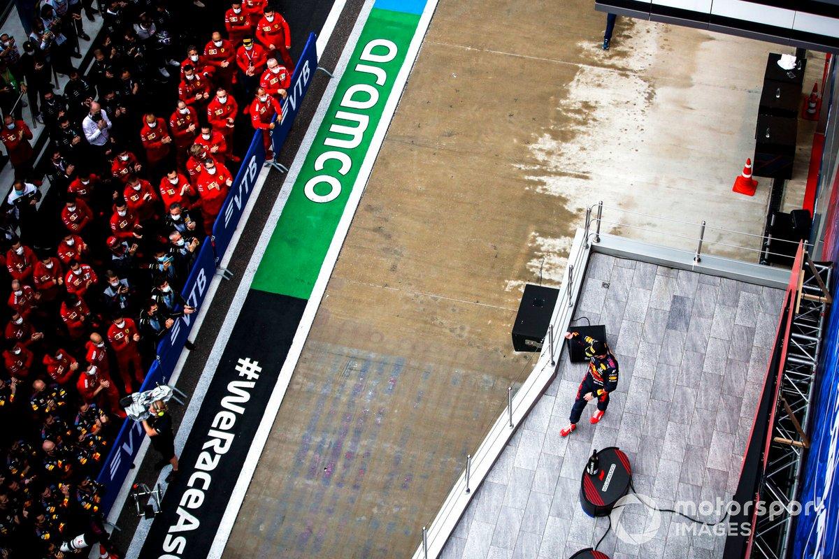 Max Verstappen, Red Bull Racing, 2a posizione, arriva sul podio