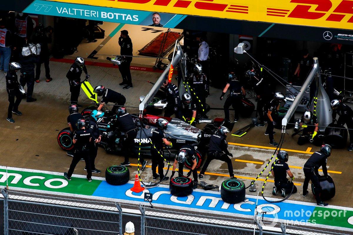 Lewis Hamilton, Mercedes W12, nella corsia dei box