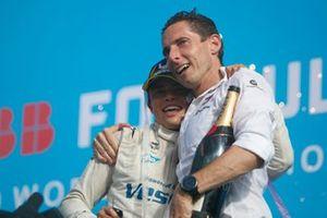 Nyck de Vries, Mercedes-Benz EQ, Ian James, Team Principal, Mercedes-Benz EQ, on the championship podium