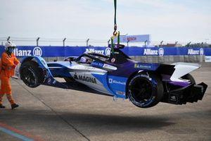 Marshals remove the car of Jake Dennis, BMW i Andretti Motorsport, BMW iFE.21