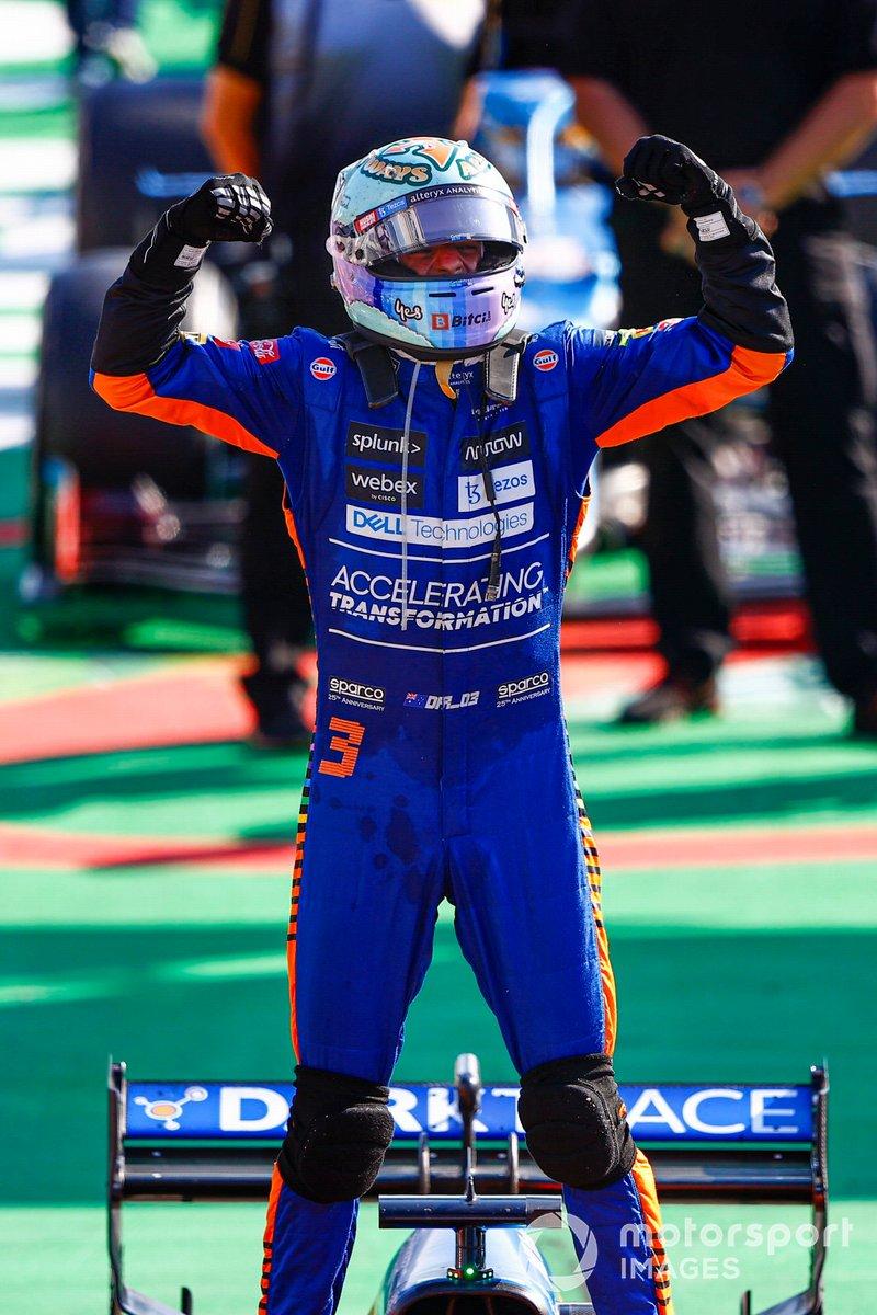 Daniel Ricciardo, McLaren, 1a posizione, festeggia all'arrivo nel Parc Ferme