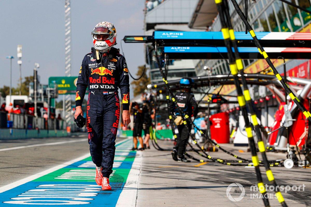 Max Verstappen, Red Bull Racing, torna al garage dopo l'incidente alla prima variante con Lewis Hamilton, Mercedes