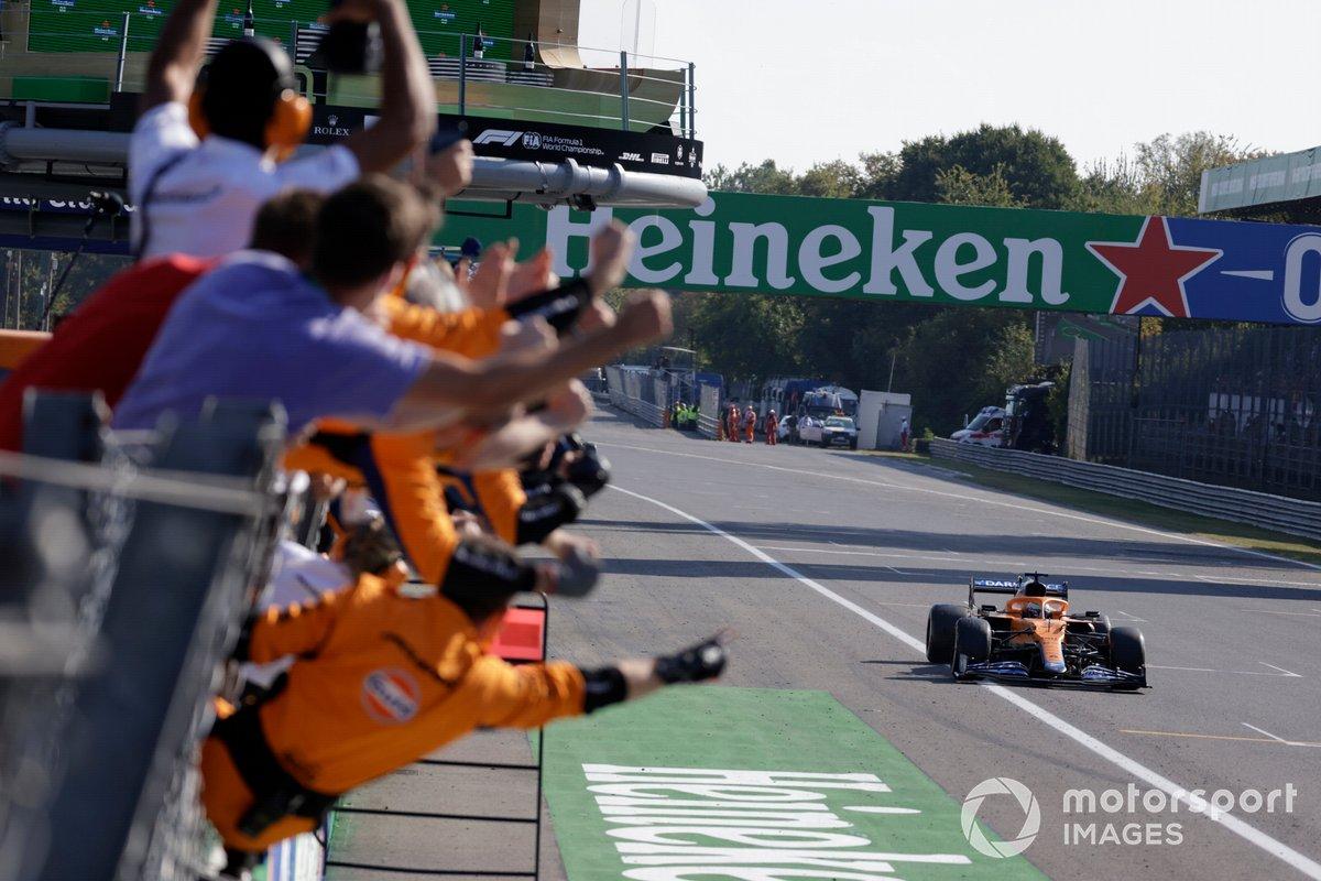 El equipo McLaren anima desde el muro de boxes mientras Daniel Ricciardo, McLaren MCL35M, en primera posición, consigue la victoria