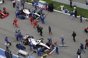 Mechanics on the grid with Mick Schumacher, Haas VF-21, and Nikita Mazepin, Haas VF-21