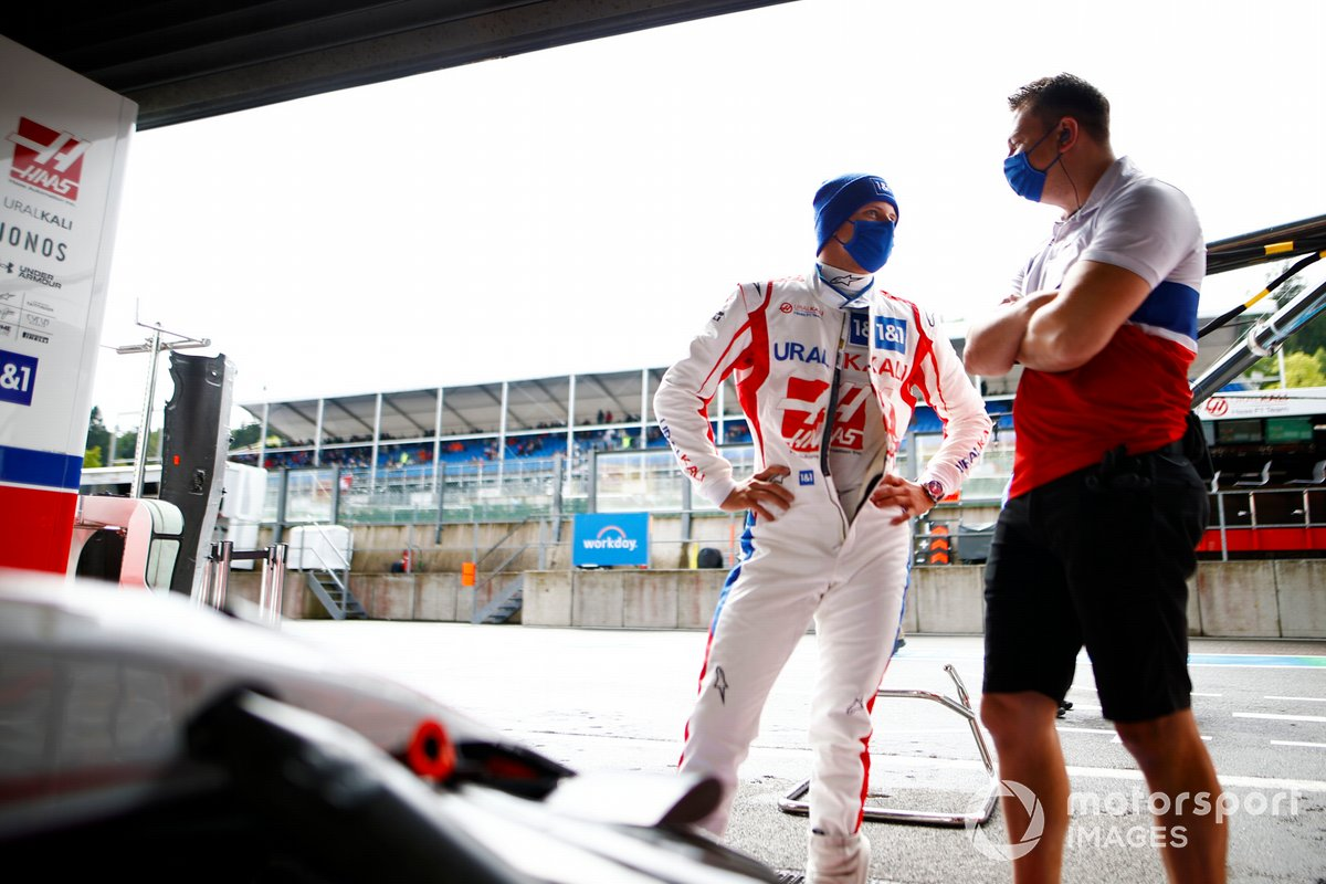 Mick Schumacher, Haas F1, habla con un colega delante del garaje del equipo