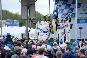 #4: Corvette Racing C8.R, GTLM: Tommy Milner, Nick Tandy, #3: Corvette Racing C8.R, GTLM: Antonio García, Jordan Taylor, #79: WeatherTech Racing Porsche 911 RSR - 19, GTLM: Cooper MacNeil, Kevin Estre celebran en el carril de la victoria