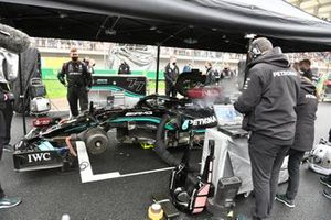 Engineers on the grid with the car of Valtteri Bottas, Mercedes W12