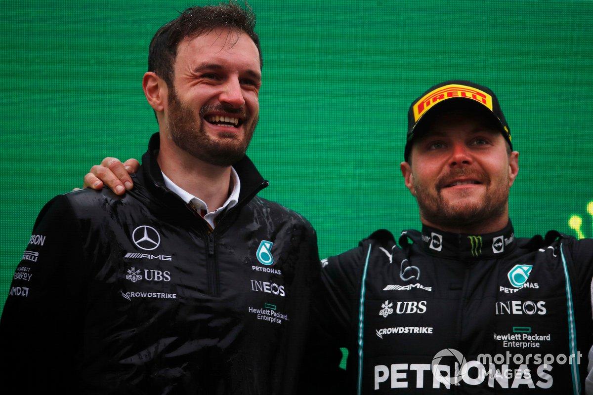Il delegato del trofeo Mercedes e Valtteri Bottas, Mercedes, 1a posizione, sul podio