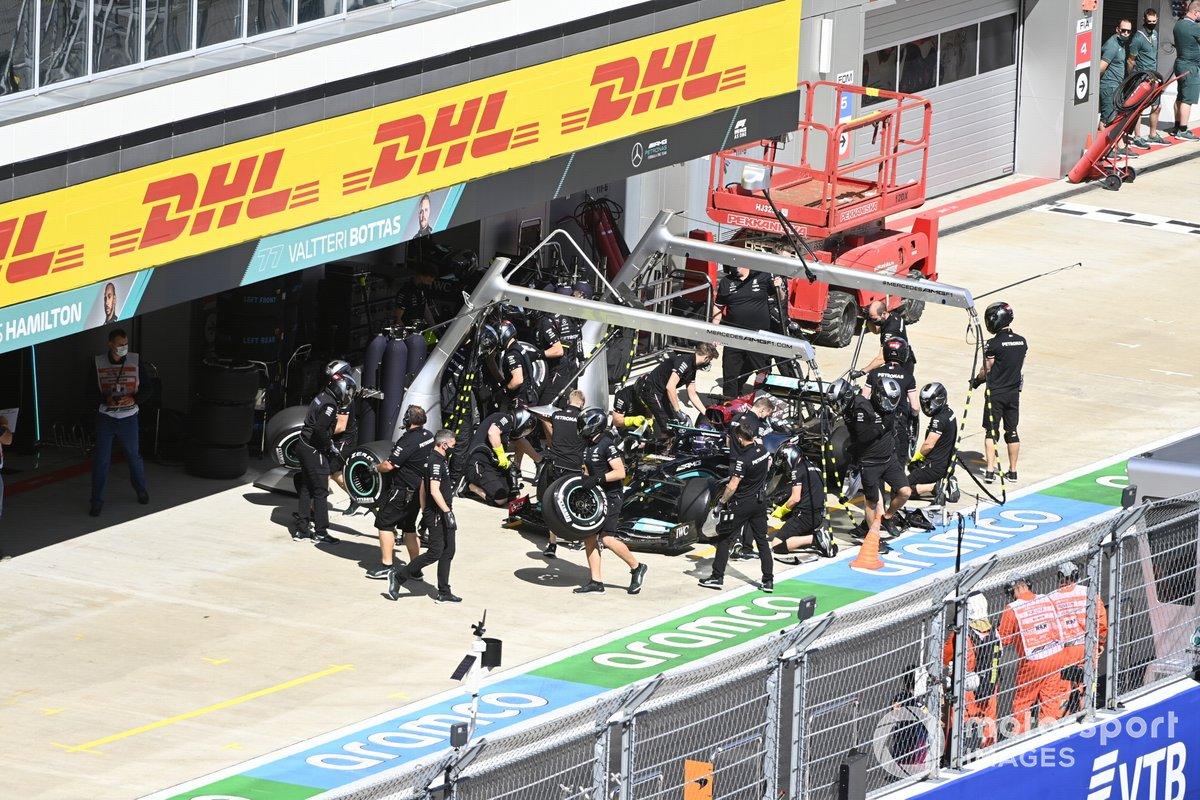 Lewis Hamilton, Mercedes W12, en el pitlane