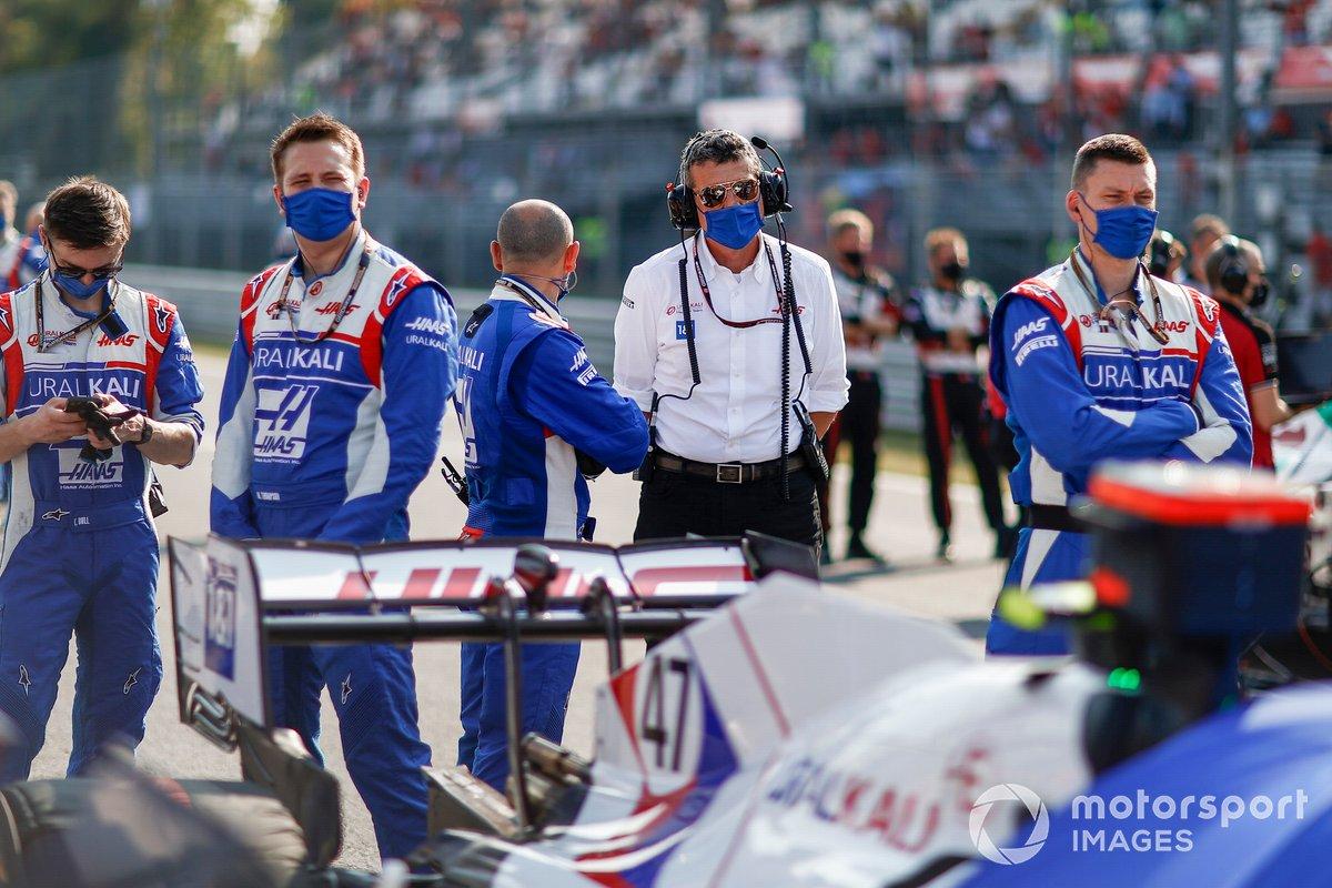 Guenther Steiner, director del equipo Haas F1, y los mecánicos en la parrilla