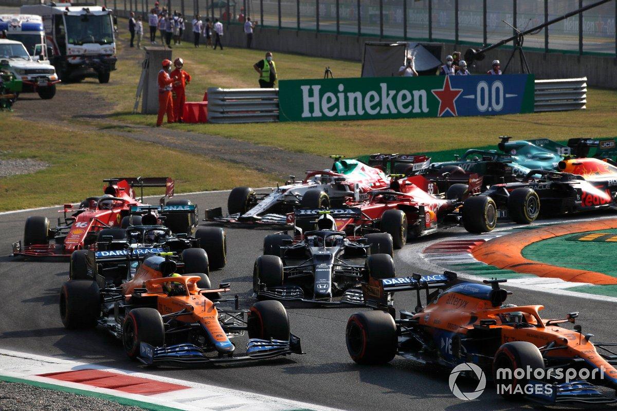 Daniel Ricciardo, McLaren MCL35M, Lando Norris, McLaren MCL35M, Pierre Gasly, AlphaTauri AT02, Lewis Hamilton, Mercedes W12, y el resto en la primera vuelta