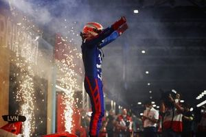 Alex Lynn, Mahindra Racing, 1e plaats, viert feest bij aankomst op het podium