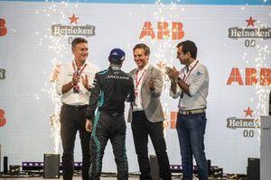Alejandro Agag, presidente de la Fórmula E, Mitch Evans, Jaguar Racing, 3ª posición, Jamie Reigle, director general de la Fórmula E, Alberto Longo, director general adjunto, director del campeonato de la Fórmula E, en el podio