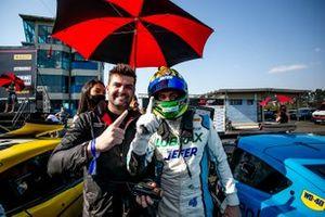 Julio Campos celebra vitória na corrida 1 da GT Sprint Race em Curitiba ao lado do parceiro Léo Torres