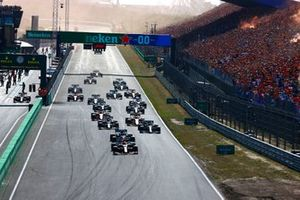 Max Verstappen, Red Bull Racing RB16B, Lewis Hamilton, Mercedes W12, Valtteri Bottas, Mercedes W12, Pierre Gasly, AlphaTauri AT02, Charles Leclerc, Ferrari SF21, and the rest o f the field at the start
