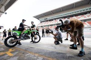 Jonathan Rea, del Kawasaki Racing Team WorldSBK, recibe una KX250 de manos de su mecánico Oriol Pallares