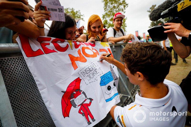 Lando Norris, McLaren firma un autógrafo para un admirador