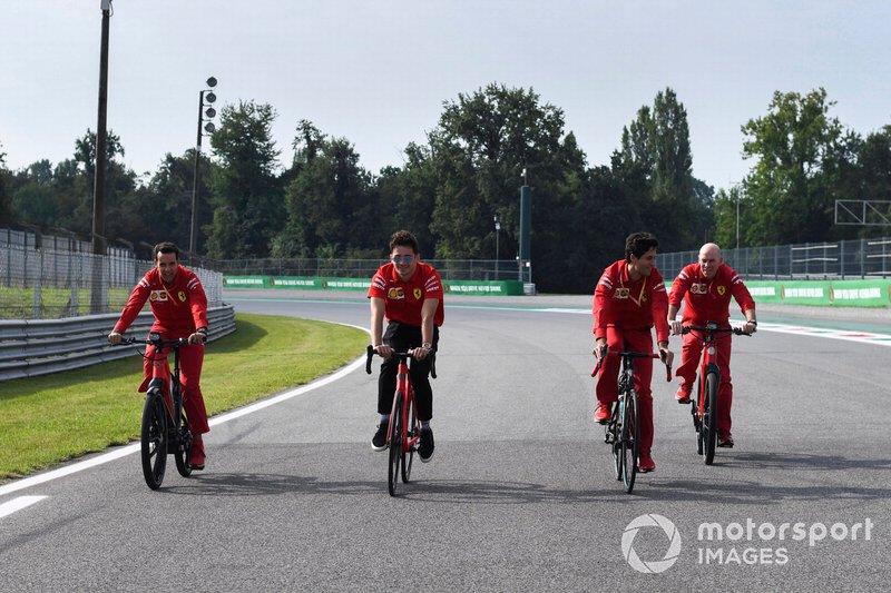 Charles Leclerc, Ferrari cammina sulla pista in una bici
