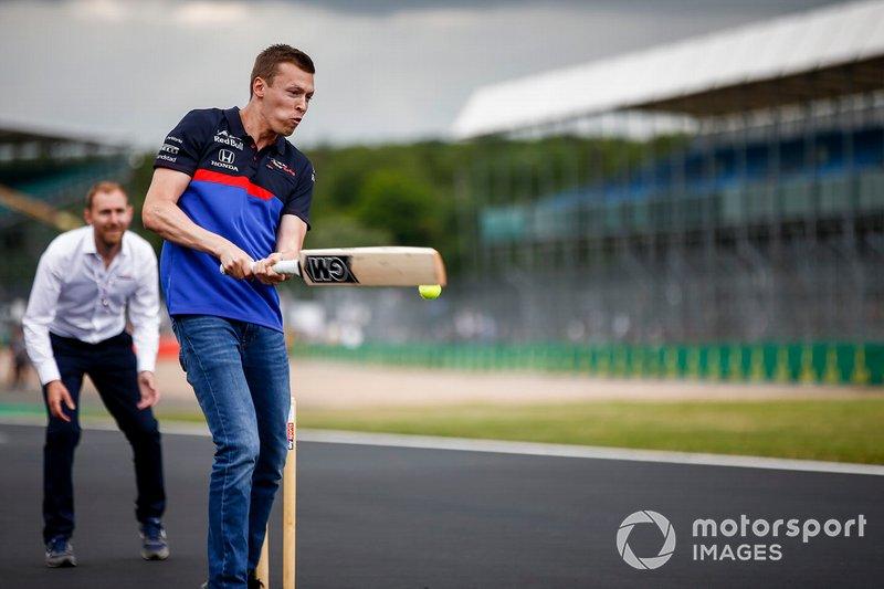 Daniil Kvyat, Toro Rosso plays cricket