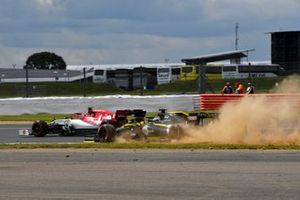 Nico Hulkenberg, Renault F1 Team R.S. 19 runs wide and Antonio Giovinazzi, Alfa Romeo Racing C38