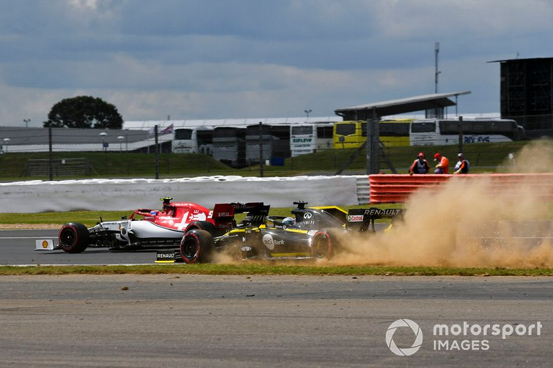 Nico Hulkenberg, Renault F1 Team R.S. 19 runs wide and Antonio Giovinazzi, Alfa Romeo Racing C38