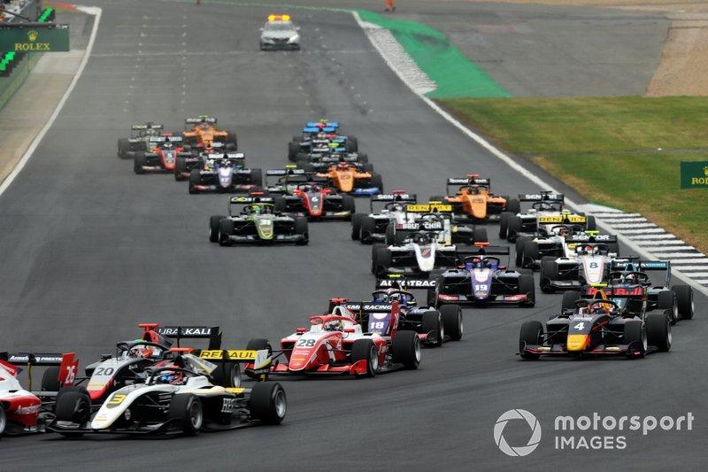 Christian Lundgaard, ART Grand Prix, Leonardo Pulcini, Hitech Grand Prix and Robert Shwartzman, PREMA Racing en la salida