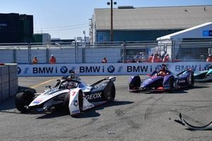 Jose Maria Lopez, Dragon Racing, Penske EV-3 con la monoposto danneggiata, davanti a Robin Frijns, Envision Virgin Racing, Audi e-tron FE05