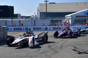 Хосе Мария Лопес, Dragon Racing, Penske EV-3 (поврежденный автомобиль), и Робин Фрейнс, Virgin Racing, Audi e-tron FE05