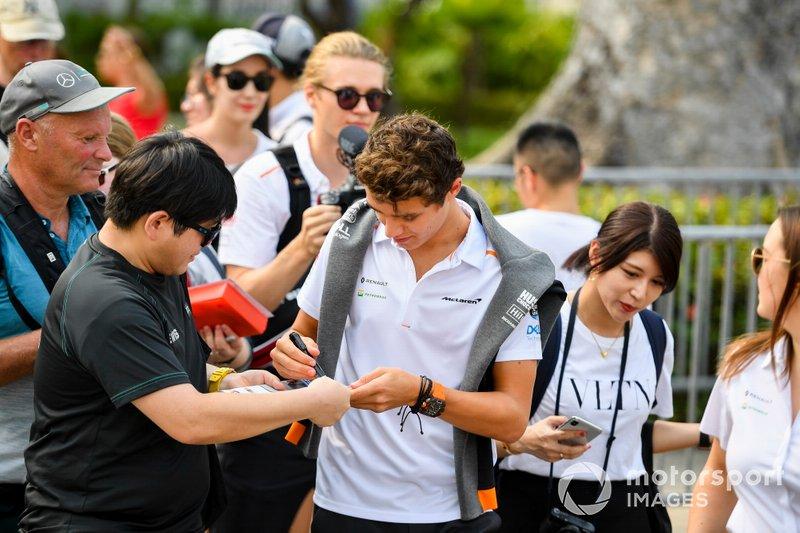 Lando Norris, McLaren signe un autographe pour un fan