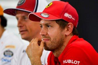 Sebastian Vettel, Ferrari y Kimi Raikkonen, Alfa Romeo Racing en la conferencia de prensa